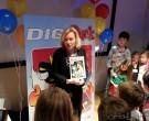 Jet Bussemaker ontvangt eerste exemplaar DigiDuck