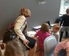 Tineke Netelenbos is geïnteresseerd in wat de kinderen doen